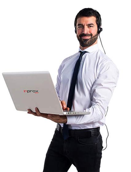 pracownik obsługi informatycznej z klientem